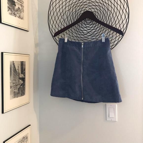 Cute suede like zip up skirt.